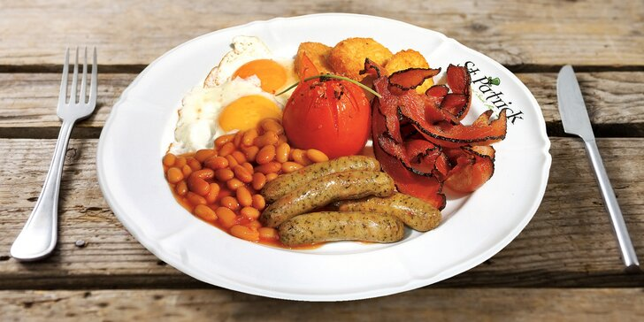 Začněte den irskou snídaní: slanina, párek, volské oko i káva