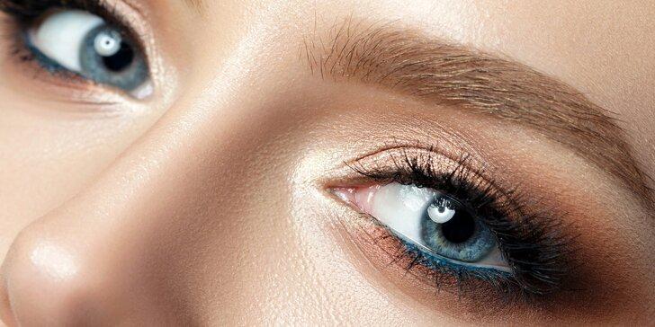 Permanentní make-up očních linek nebo vláskování obočí