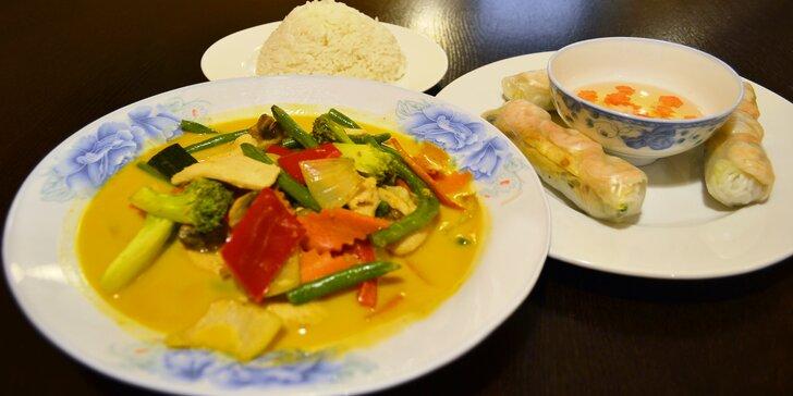 Výběr ze závitků a tradičních jídel ve vietnamské restauraci u náplavky