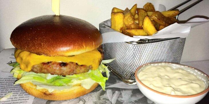 Domácí cheeseburger s hovězím masem, steakové hranolky a vanilkový shake