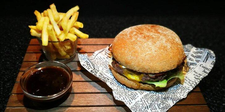 Rustikální burger s hranolky a domácím dipem v nedávno otevřené restauraci