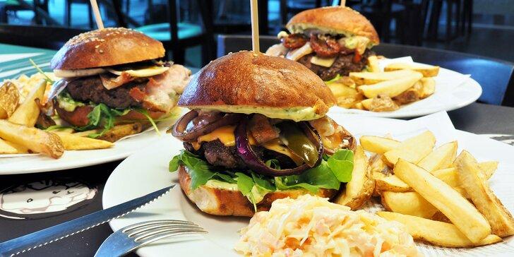 Vychytaný a šťavnatý burger dle výběru, domácí hranolky a salátek Coleslaw
