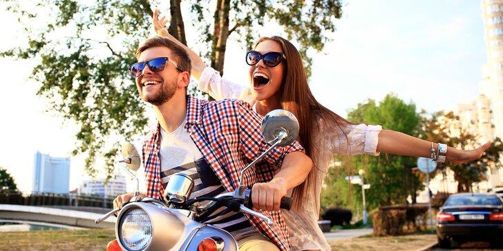 Romantická projížďka: pronájem skútru na 4 nebo 24 hodin + dvě přilby