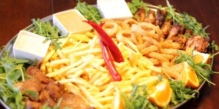 Masové plato s přílohami: steaky, BBQ křidýlka, cibulové kroužky i hranolky
