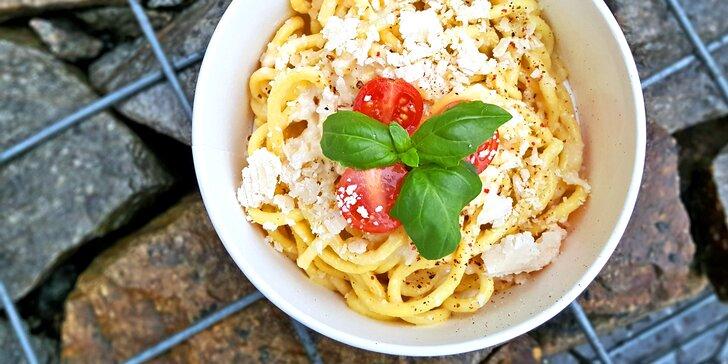 Domácí špagety připravované v bochníku 2letého parmezánu, odnos s sebou