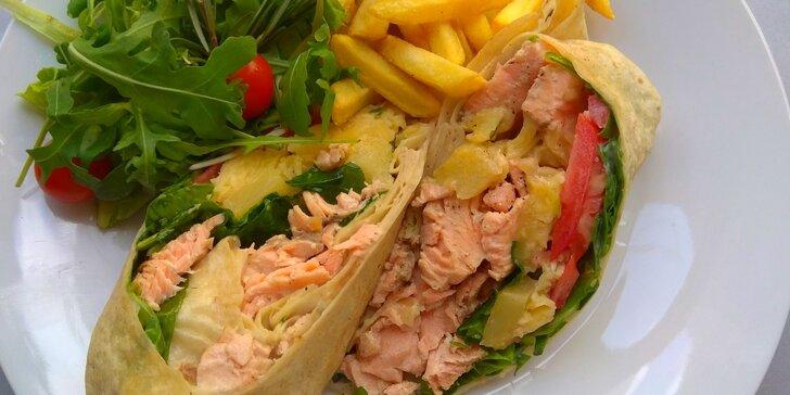 Čerstvá napěchovaná tortilla s grilovaným lososem, zeleninou a hranolky