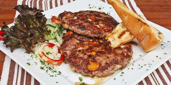 Gurmánská pljeskavica s lepinjou v balkánské restauraci