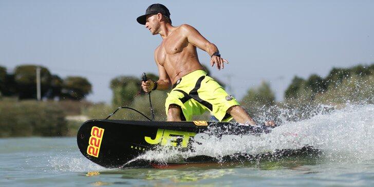 Rozjeďte to na motorovém surfu: hodinová lekce jetsurfingu ve Valticích