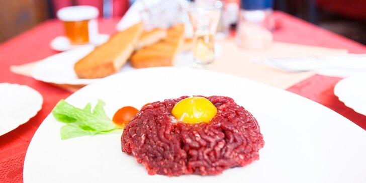 Tatarák ze svíčkové nebo steak s hranolky ve vyhlášené restauraci U Kohouta