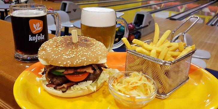 Pořádný hovězí burger s hranolky a pivem či kofolou v bowlingovém centru
