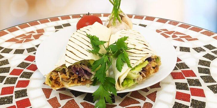 Kuřecí nebo hovězí kebab, zelenina, dresink a nápoj; u Döner boxu i hranolky