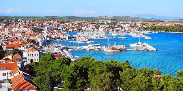 Chorvatská Vodice: soukromá vilka 300 m od pláže a polopenze v hotelu