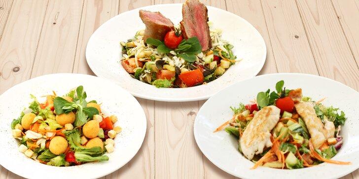 Letní míchané saláty s masem nebo mozzarellou a s limonádou nebo bez ní