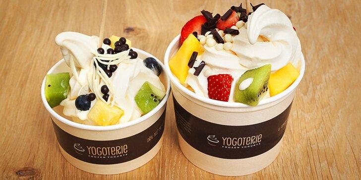 Zdravé mlsání: 200 g frozen yogurtu s ovocem a posypy podle vaší fantazie