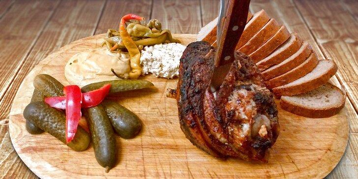 Prkno plné masa: více než kilové pečené koleno v Restauraci Pod Jasanem