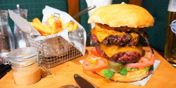 Big Boy Burger s 300 g hovězího masa servírovaný na prkně a hranolky