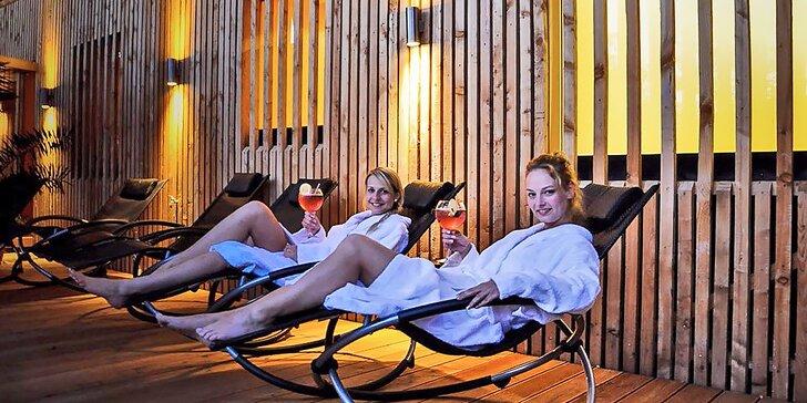 Parádní relax pod rouškou tmy: noční saunování s ceremoniály a grilováním