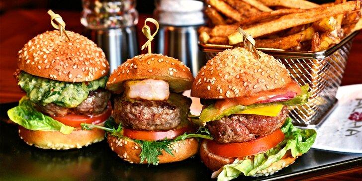 3 gurmánské miniburgery s pepřovými domácími hranolky ve stylovém baru