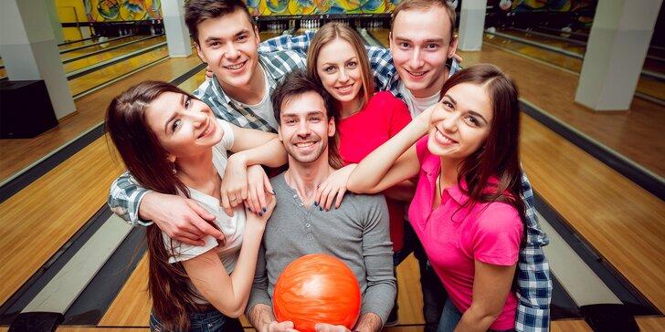Hodina bowlingu pro celou partu kámošů včetně půjčení bot