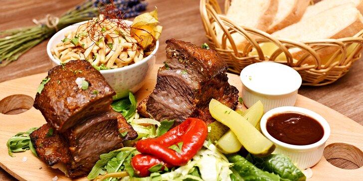700 g grilovaných hovězích žeber a křenový crème fraîche i domácí ciabatta