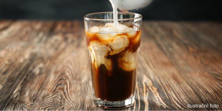 Ledová káva, která vás nakopne: cold brew a čokoládový croissant v Dlouhé