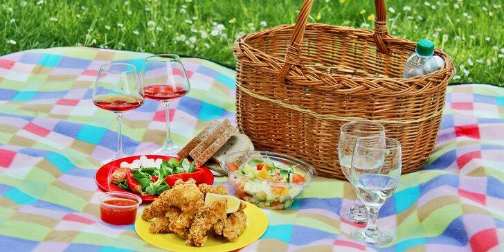 Piknik: sandwiche, saláty, grilovaný kuřecí gyros, víno i domácí limonády