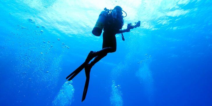 První krok pod vodní hladinu: Potápění s instruktorem v zatopeném lomu