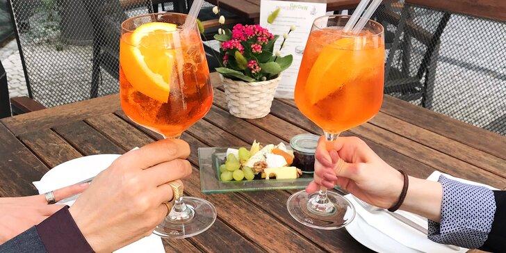 Aperol Spritz, víno nebo domácí limonáda a k tomu tapas či sýry