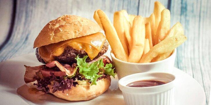 2 obří burgery s čerstvým hovězím z českého chovu v domácí žemli a hranolky
