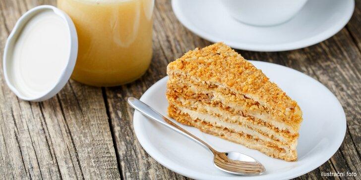 Voňavé potěšení: café latte nebo džus s lahodným medovníkem pro 1 i 2