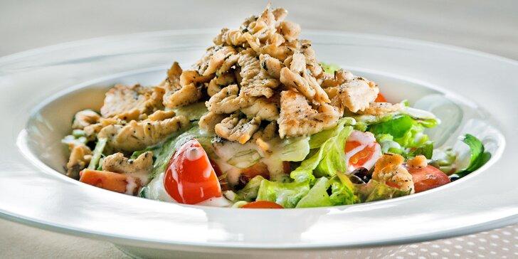 Tříchodové menu: sýrový koláč, vepřová kotleta nebo salát a jablečný sorbet