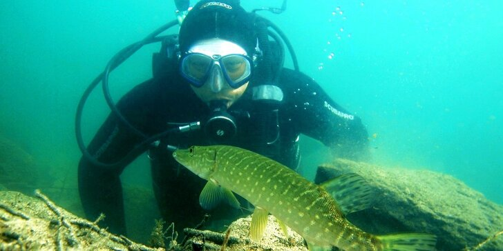 Nakoukněte pod hladinu: zkušební ponor v lomu Srní, 30 min. pod vodou
