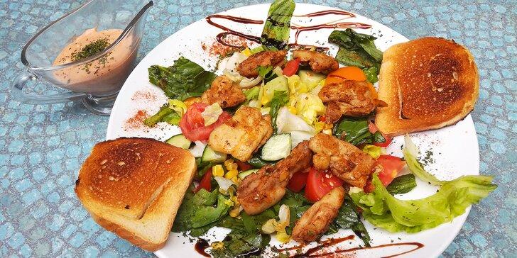 Dva velké saláty s kuřecím masem, domácím dresinkem a křupavými toasty