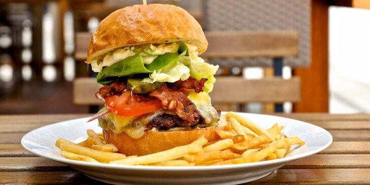 Nadlábněte se: hovězí burger s čedarem, slaninou a hranolky pro 1 či 2