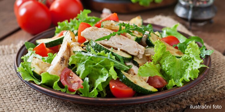 Zeleninový salát s krůtím masem i bez a také varianty s limonádou