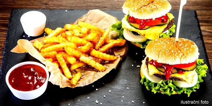 Naplňte si bříška: dva hovězí burgery s hranolky a dvěma omáčkami
