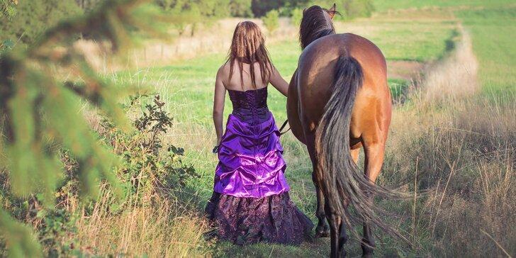 Krásný dárek pro milovníky koní: exteriérové focení s koníkem