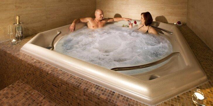 Párová relaxace v naprostém soukromí: privátní vířivka a koktejl pro dva