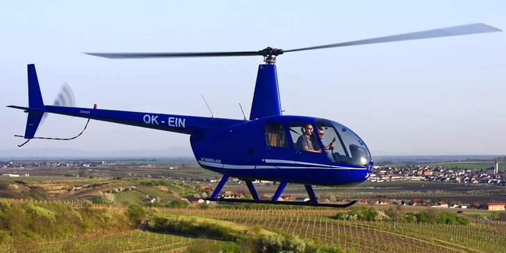 Mrkněte na svět z výšky: vyhlídkový let vrtulníkem nad Lednicí a Valticemi