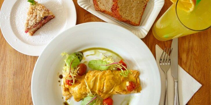 Snídaně plná dobrot: omeleta s domácím chlebem a oranžáda i dezert k tomu