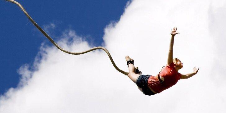 Extrémní bungee jumping: zimní seskok z televizní věže v Harrachově