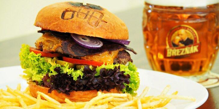 Burger s bramborovou slámou pro 1 nebo 2 ve vyhlášené restauraci Sborovna