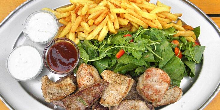Mix grill v pivovarské restauraci: hovězí, vepřové a krůtí maso až pro 4 osoby