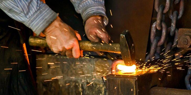 3–5 hodin v kovárně: kurz s kovářem a výroba zvonečku, svícnu nebo nože