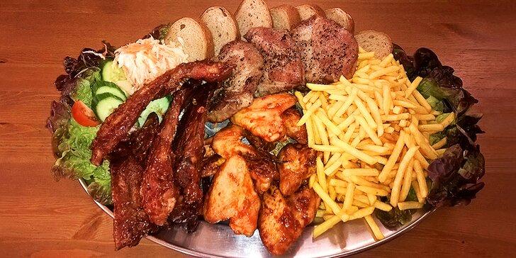 Užijte si hody s partou: 1,5 kg steaků, žeber, křidýlek a porce hranolků