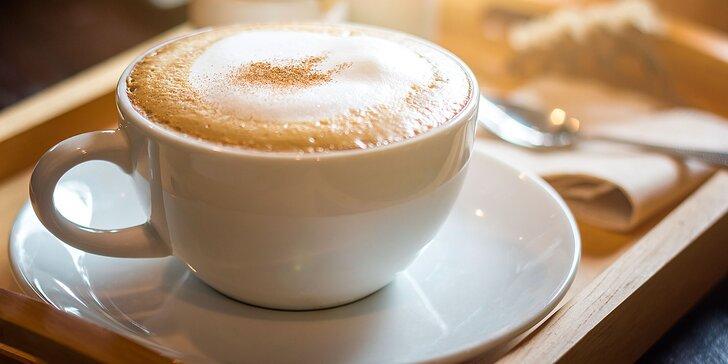 Na kávu ve dvou: capuccino s příchutí nebo latte a k tomu pyramidální voda