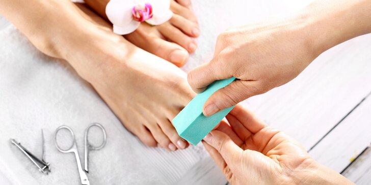 Péče o nohy: profesionální mokrá pedikúra rukama odborníka