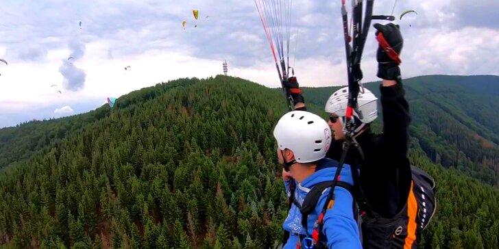 Tandemový paragliding plný adrenalinu: vyhlídkový let v Beskydech
