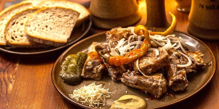 ½ či 1 kg šťavnaté pečínky: Medová nebo pikantní žebra s chlebem i doplňky