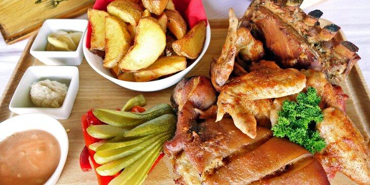 Masové prkno pro dva a více jedlíků: žebra, křídla a koleno i s přílohami